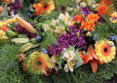Composizione funebre crisantemi e fiori vari