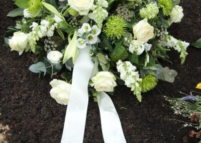 Cuscino funebre tondo di roselline bianche