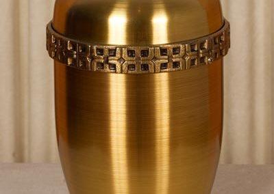 Urna color bronzo e fregio