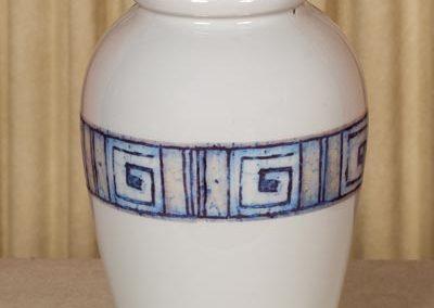 Urna in ceramica con fregio
